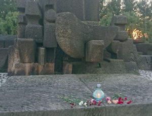 Lelka & Mania Orgateam in der Gedenkstätte Auschwitz